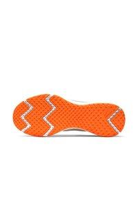 Nike Performance - REVOLUTION 5 - Obuwie do biegania treningowe - off-white/neon pink/white - 4