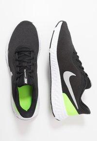 Nike Performance - REVOLUTION 5 - Juoksukenkä/neutraalit - black/grey fog/volt/white - 1