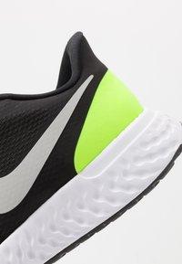Nike Performance - REVOLUTION 5 - Juoksukenkä/neutraalit - black/grey fog/volt/white - 5