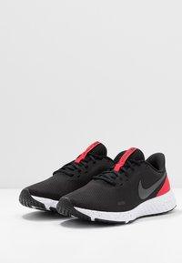 Nike Performance - REVOLUTION 5 - Neutrala löparskor - black/anthracite/university red - 2