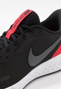 Nike Performance - REVOLUTION 5 - Neutrala löparskor - black/anthracite/university red - 5