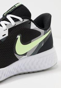 Nike Performance - REVOLUTION 5 - Hardloopschoenen neutraal - black/white/ghost green/sapphire/dark smoke grey/light smoke grey - 5