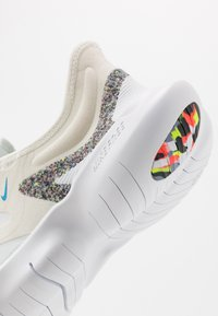 Nike Performance - FREE RUN 5.0 ANTI WINTER - Zapatillas running neutras - white/blue hero/summit white - 6