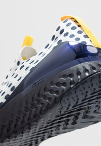 Nike Performance - EPIC PHANTOM REACT FLYKNIT CODY - Neutrala löparskor - platinum tint/white/obsidian - 5