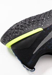 Nike Performance - EPIC REACT FLYKNIT 2 SE - Neutrala löparskor - black/sequoia/summit white - 5