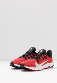 Nike Performance - QUEST 2 SE - Zapatillas de running neutras - universe red/desert sand/black/white - 2
