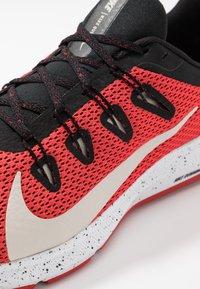 Nike Performance - QUEST 2 SE - Zapatillas de running neutras - universe red/desert sand/black/white - 5