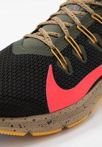 Nike Performance - QUEST 2 SE - Neutral running shoes - off noir/bright crimson/cargo khaki - 5