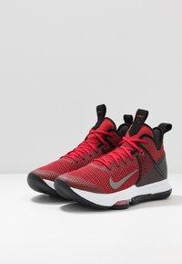 Nike Performance - LEBRON WITNESS IV - Indoorskor - black/gym red/university red - 2