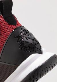 Nike Performance - LEBRON WITNESS IV - Indoorskor - black/gym red/university red - 5