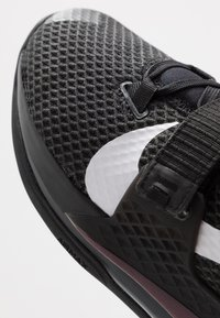 Nike Performance - AIR FORCE MAX II - Indoorskor - black/white - 5