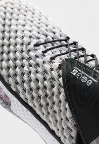 Nike Performance - AIR ZOOM UNVRSE FLYEASE - Obuwie do koszykówki - white - 6