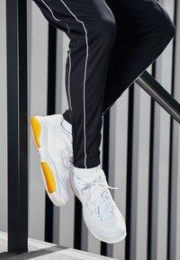 Nike Performance - COURT LITE 2 PRIME QUICK STRIKE - Multicourt tennis shoes - white/amber rise - 8