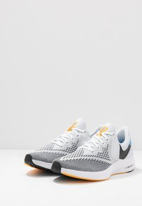 Nike Performance - ZOOM WINFLO 6 - Juoksukenkä/neutraalit - pure platinum/black/laser orange/white/university blue - 2