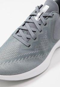 Nike Performance - ZOOM WINFLO 6 - Zapatillas de running neutras - cool grey/metallic platinum/wolf grey/white - 5