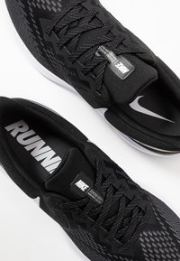 Nike Performance - ZOOM WINFLO 6 - Zapatillas de running neutras - black/white/dark grey/metallic platinum - 5