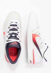 Nike Performance - AIR MAX VAPOR WING MS - Zapatillas de tenis para todas las superficies - white/laser crimson/gridiron - 1