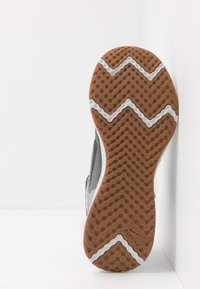 Nike Performance - REVOLUTION 5 FLYEASE - Zapatillas de running neutras - smoke grey/dark smoke grey/photon dust/metallic copper/medium brown - 4