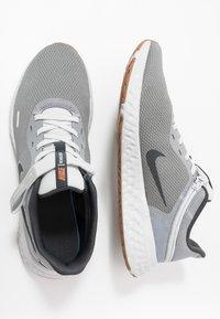 Nike Performance - REVOLUTION 5 FLYEASE - Zapatillas de running neutras - smoke grey/dark smoke grey/photon dust/metallic copper/medium brown - 1