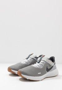 Nike Performance - REVOLUTION 5 FLYEASE - Zapatillas de running neutras - smoke grey/dark smoke grey/photon dust/metallic copper/medium brown - 2