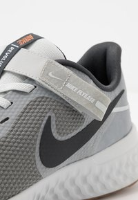 Nike Performance - REVOLUTION 5 FLYEASE - Zapatillas de running neutras - smoke grey/dark smoke grey/photon dust/metallic copper/medium brown - 5