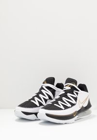 Nike Performance - LEBRON XVII LOW - Koripallokengät - white/metallic gold/black - 4