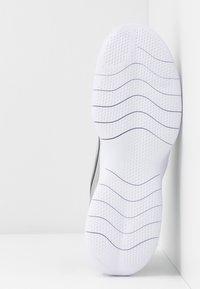 Nike Performance - FLEX EXPERIENCE RUN 9 - Zapatillas de competición - wolf grey - 4