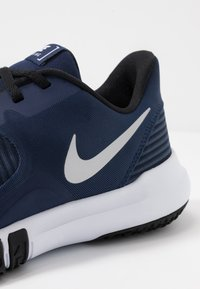 Nike Performance - FLEX CONTROL 4 - Zapatillas de entrenamiento - midnight navy/metallic silver/black/white - 5