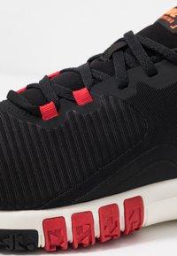 Nike Performance - FLEX CONTROL 4 - Zapatillas de entrenamiento - black/soar/university red/total orange/pale ivory - 5