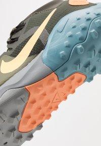 Nike Performance - NIKE WILDHORSE 6 TRAIL-LAUFSCHUH FÜR HERREN - Obuwie do biegania Szlak - sequoia/topaz gold/medium olive/cerulean - 5