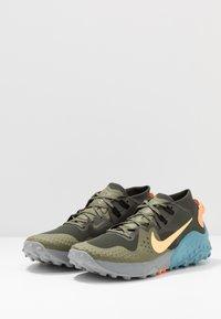 Nike Performance - NIKE WILDHORSE 6 TRAIL-LAUFSCHUH FÜR HERREN - Obuwie do biegania Szlak - sequoia/topaz gold/medium olive/cerulean - 2