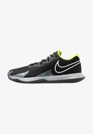 Tennisschuh für Sandplätze - black/white/volt/dark smoke grey