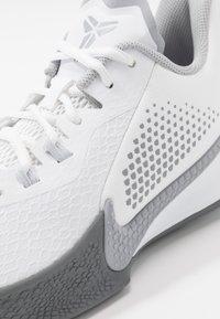 Nike Performance - MAMBA FURY - Obuwie do koszykówki - white/wolf grey/pure platinum - 5