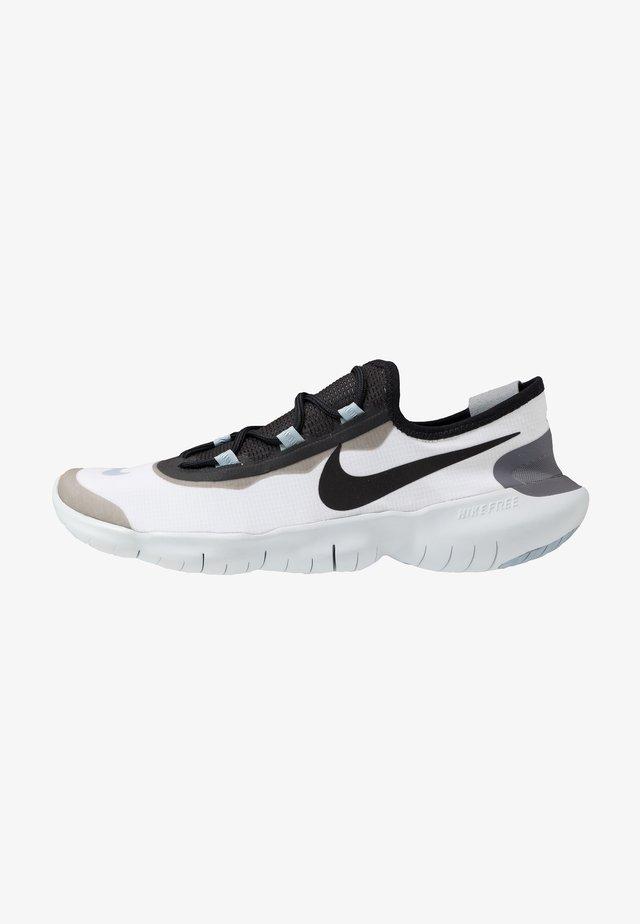 FREE RN 5.0 2020 - Minimalist running shoes - white/black/obsidian mist