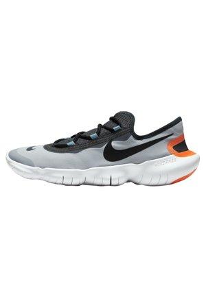 FREE RN 5.0 2020 - Minimalist running shoes - aura/dark smoke grey/cerulean/limelight