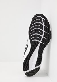 Nike Performance - ZOOM WINFLO 7 - Juoksukenkä/neutraalit - black/white/anthracite - 4