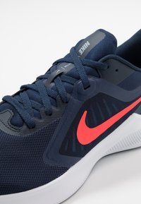 Nike Performance - DOWNSHIFTER 10 - Neutrale løbesko - midnight navy/laser crimson - 5