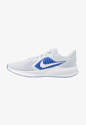 DOWNSHIFTER 10 - Obuwie do biegania treningowe - pure platinum/white/hyper royal