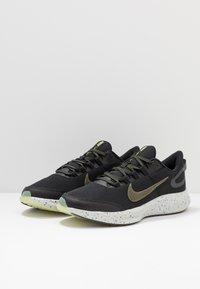 Nike Performance - RUN ALL DAY 2 SE - Juoksukenkä/neutraalit - black/medium olive/limelight - 2