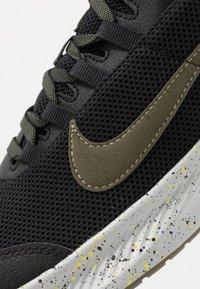 Nike Performance - RUN ALL DAY 2 SE - Juoksukenkä/neutraalit - black/medium olive/limelight - 5