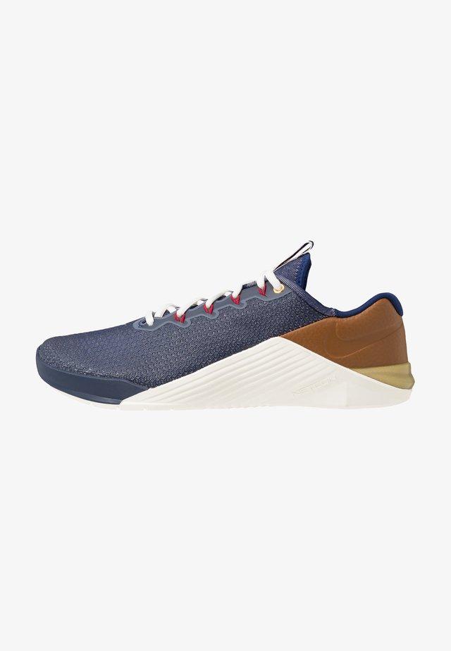 METCON 5 AMP - Obuwie treningowe - blue void/gym red/sail/pollen rise