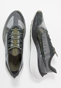 Nike Performance - ZOOM GRAVITY SE - Neutral running shoes - dark smoke grey/black/medium olive - 1