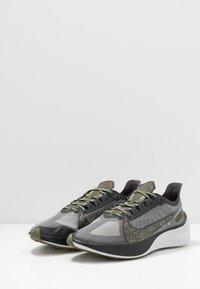 Nike Performance - ZOOM GRAVITY SE - Neutral running shoes - dark smoke grey/black/medium olive - 2