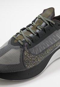 Nike Performance - ZOOM GRAVITY SE - Neutral running shoes - dark smoke grey/black/medium olive - 5
