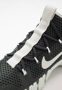 Nike Performance - FREE METCON 3 - Sports shoes - dark smoke grey/spruce aura/laser crimson - 5