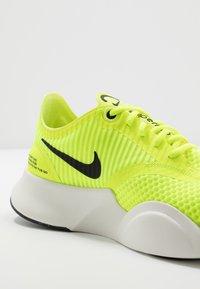 Nike Performance - SUPERREP GO - Obuwie treningowe - volt/black/summit white - 5