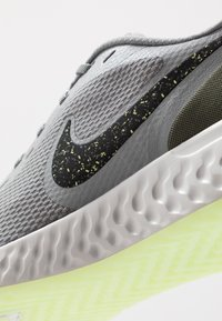 Nike Performance - REVOLUTION 5 SPECIAL EDITION - Neutral running shoes - particle grey/black/medium olive - 5