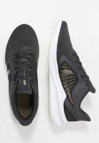 Nike Performance - DOWNSHIFTER 10 SE - Juoksukenkä/neutraalit - dark smoke grey/black/limelight - 1