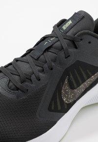 Nike Performance - DOWNSHIFTER 10 SE - Juoksukenkä/neutraalit - dark smoke grey/black/limelight - 5