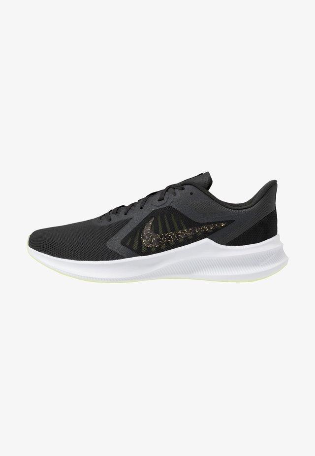 DOWNSHIFTER 10 SE - Zapatillas de running neutras - dark smoke grey/black/limelight